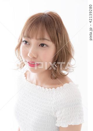 若い女性 ヘアスタイル 42139280