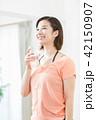 汗を拭く女性 スポーツをする女性 エクササイズ 休憩 水分補給 水を飲む  42150907