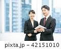 タブレット端末を使うビジネスマン 幹部社員 ビジネスイメージ 42151010