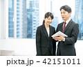タブレット端末を使うビジネスマン 幹部社員 ビジネスイメージ 42151011