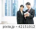 タブレット端末を使うビジネスマン 幹部社員 ビジネスイメージ 42151012