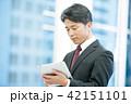 タブレット端末を持ったビジネスマン 幹部社員 ビジネスイメージ 42151101