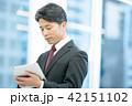 タブレット端末を持ったビジネスマン 幹部社員 ビジネスイメージ 42151102