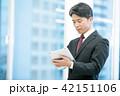 タブレット端末を持ったビジネスマン 幹部社員 ビジネスイメージ 42151106