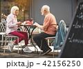 テーブル カップル 二人の写真 42156250