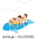 イルカの浮き輪に乗る家族 42159385