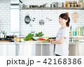 若い女性(キッチン) 42168386