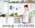 若い女性(キッチン) 42168388