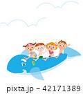 イルカの浮き輪に乗る子供達 42171389