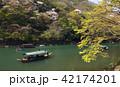 4月 桜咲く嵐山の保津川を遊覧する屋形船 42174201