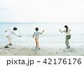 ビーチ 夫婦 男の子の写真 42176176