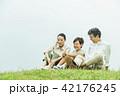 家族 座る 旅行の写真 42176245