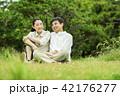 夫婦 仲良し 芝生の写真 42176277