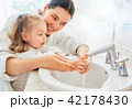 girl and her mother are washing hands 42178430