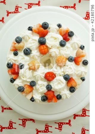 ストロベリー(苺、イチゴ、いちご)とブルーベリーのデコレーションケーキ 42180796