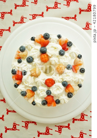 Strawberry and Blueberry Cake 42180799