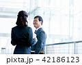 ビジネスマン ビジネスウーマン 会話の写真 42186123