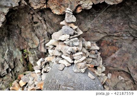 石を積み上げる、積石、群馬県の吹割の滝の小道で 42187559