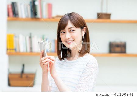 若い女性(スマホ) 42190341