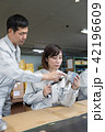 流れ作業 工場 女性の写真 42196609