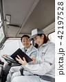 作業員 女性 トラックの写真 42197528