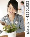 植物に水やりをする女性 42201632