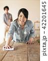 テーブルを拭く女性 42201645