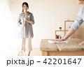 ほうきで掃除をする女性とテーブルを拭く男性 42201647
