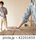 テーブルを拭く女性の手元 42201650