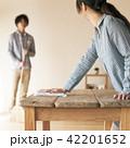 テーブルを拭く女性 42201652