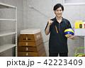 先生 教師 体育 体育教師 部活 バレーボール 倉庫 学校 授業 教育イメージ ポートレート 42223409