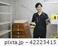 先生 教師 体育 体育教師 部活 バレーボール 倉庫 学校 授業 教育イメージ ポートレート 42223415