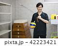 先生 教師 体育 体育教師 部活 バレーボール 倉庫 学校 授業 教育イメージ ポートレート 42223421