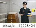 先生 教師 体育 体育教師 部活 バレーボール 倉庫 学校 授業 教育イメージ ポートレート 42223424
