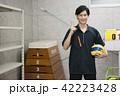 先生 教師 体育 体育教師 部活 バレーボール 倉庫 学校 授業 教育イメージ ポートレート 42223428