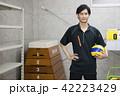 先生 教師 体育 体育教師 部活 バレーボール 倉庫 学校 授業 教育イメージ ポートレート 42223429
