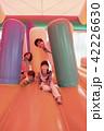 遊園地のエアー遊具で遊ぶ親子 42226630