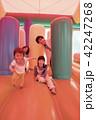 遊園地のエアー遊具で遊ぶ親子 42247268