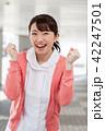 女性 看護師 ガッツポーズの写真 42247501