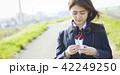 女子高生 女子 通学路の写真 42249250
