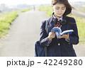 女子高生 女子 通学路の写真 42249280