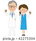 ポップな年を重ねた医者と受付の女性がガッツポーズ 42275304