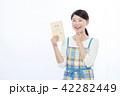 女性 主婦 笑顔の写真 42282449