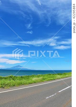 北海道 青空のオロロンラインと利尻富士 42295864