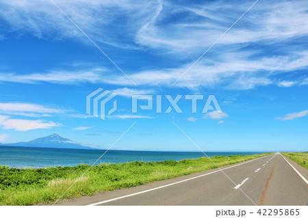 北海道 青空のオロロンラインと利尻富士 42295865