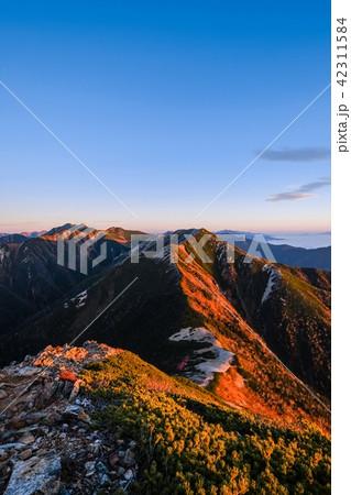 山上の夜明け (常念岳山頂より) 42311584