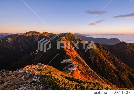 山上の夜明け (常念岳山頂より) 42311588