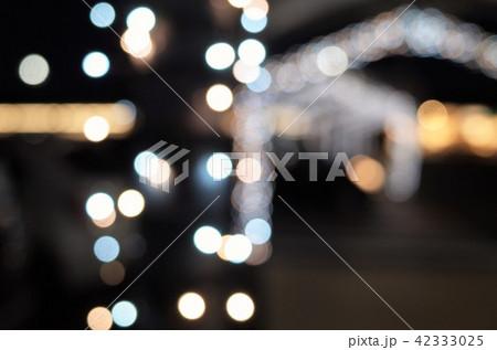 クリスマスの美しいイルミネーション、キラキラした抽象的な自然の背景、後ろボケ 42333025