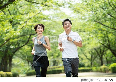 ミドル カップル ジョギング イメージ 42338159