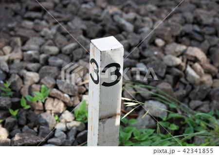 線路脇の数字の3が書かれた白い杭 42341855